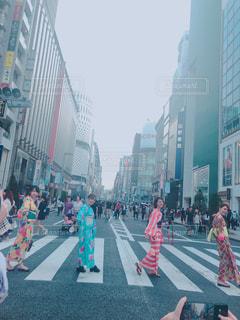 街の通りを歩いている人のグループの写真・画像素材[1375698]
