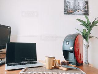 デスクトップ コンピューターを机の上に座っています。の写真・画像素材[1482334]