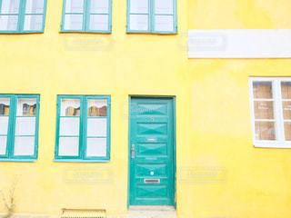 近くに黄色い建物のアップの写真・画像素材[815958]