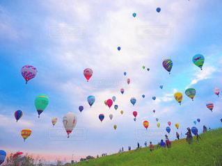 フィールドに凧の飛行の人々 のグループの写真・画像素材[815973]