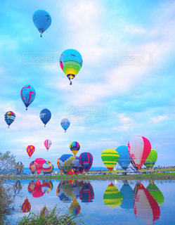 カラフルな凧の飛行の人々 のグループの写真・画像素材[815982]