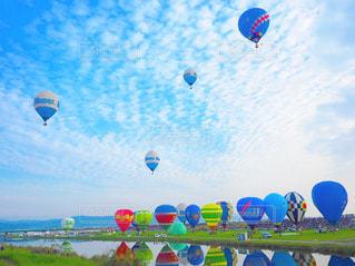 カラフルな凧の飛行の人々 のグループの写真・画像素材[815986]
