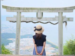 建物の前に立っている女の写真・画像素材[816048]