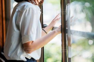 窓の前に立っている女性の写真・画像素材[1267756]