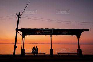 下灘駅で夕日を見る女性の写真・画像素材[1272151]