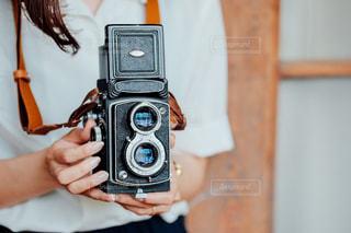 カメラを持っている手の写真・画像素材[1273489]