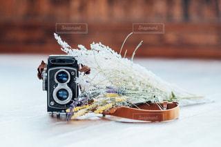 テーブルの上のフィルムカメラの写真・画像素材[1273491]