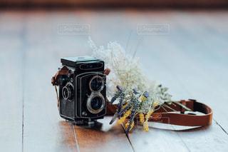テーブルの上のカメラの写真・画像素材[1273494]