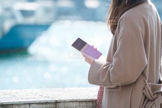 携帯電話で通話中の女性の写真・画像素材[1749927]