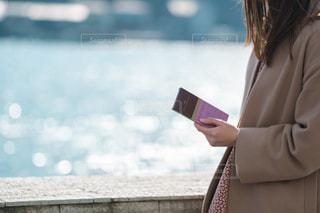 携帯電話で通話中の女性の写真・画像素材[1749940]
