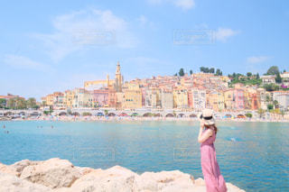 水域の前に立っている人の写真・画像素材[2344179]