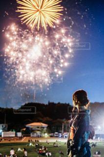 空に打ち上げられた花火の群し方の写真・画像素材[2375549]