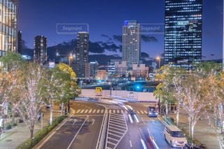 風景,建物,夜景,屋外,道路,イルミネーション,都会,道,高層ビル,梅田,明るい,グランフロント大阪,シャンパンゴールド,都市の景観