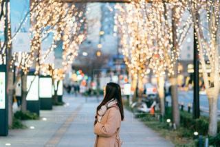 女性,風景,屋外,イルミネーション,都会,道,人,歩道,梅田,明るい,通り,グランフロント大阪,シャンパンゴールド