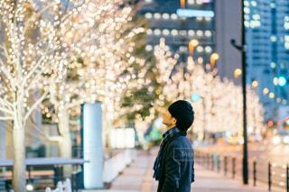 男性,風景,建物,夜景,屋外,大阪,イルミネーション,都会,人,梅田,明るい,通り,グランフロント大阪,シャンパンゴールド