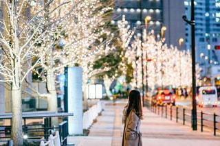女性,風景,屋外,イルミネーション,都会,道,歩道,通り,グランフロント大阪,シャンパンゴールド