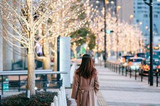 女性,風景,屋外,大阪,イルミネーション,都会,道,人,歩道,梅田,グランフロント大阪,シャンパンゴールド