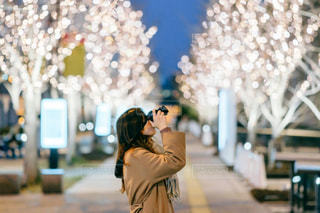 女性,カメラ,大阪,イルミネーション,都会,人,梅田,グランフロント大阪,シャンパンゴールド