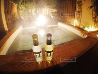 テーブルの上の水のボトルの写真・画像素材[1025736]