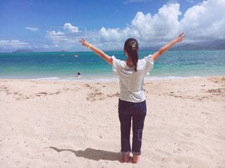 白砂のビーチに立っている人の写真・画像素材[1025842]