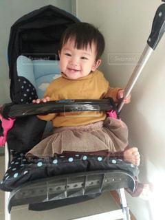 椅子に座っている小さな子供の写真・画像素材[2344089]