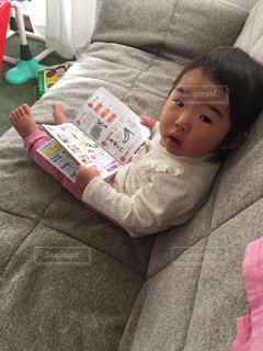 本を読む赤ちゃんの写真・画像素材[2554835]