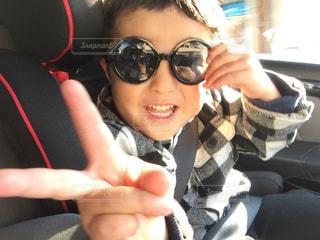 車の中でサングラスをしている3歳男の子の写真・画像素材[2777705]