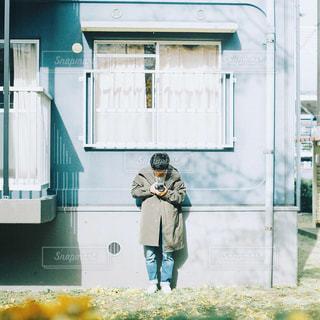 建物の前に立っている人の写真・画像素材[1870380]