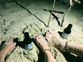 水のボトルを持っている手 - No.897324