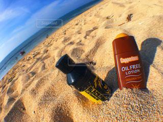 近くのビーチに横になっている携帯電話のアップ - No.897329