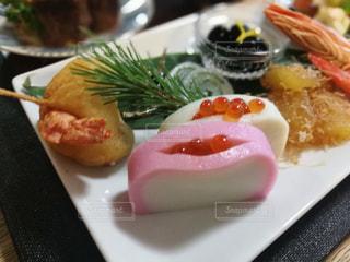 テーブルの上に食べ物のプレート - No.945693