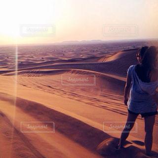 女性,夏,夕日,屋外,海外,太陽,後ろ姿,夕焼け,外,Tシャツ,旅行,砂漠,半袖