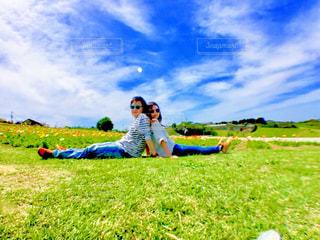 草原に座っている人々のグループの写真・画像素材[2283621]