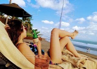 浜辺に座っている女性の写真・画像素材[2330643]