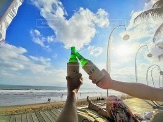 恋人,海,空,夏,ビーチ,晴れ,海岸,ボトル,グラス,乾杯,リゾート,ドリンク