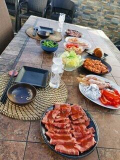 食べ物の皿をテーブルの上に置くの写真・画像素材[4539629]