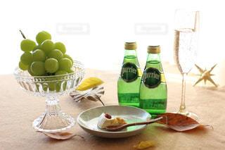 ペリエのある食卓の写真・画像素材[919253]