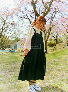 女性,公園,桜,屋外,全身,花見,ポニーテール,春コーデ,ジャンパースカート,ジャンスカ