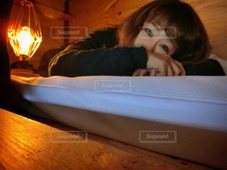 ベッドの上で座っている女の子の写真・画像素材[1160952]