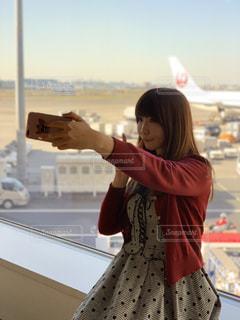 自撮りする女性の写真・画像素材[2270130]