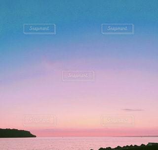水の体に沈む夕日の写真・画像素材[1819321]
