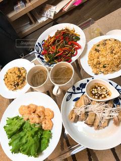 板の上に食べ物の種類の完全なテーブルの写真・画像素材[775993]