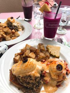 テーブルの上に食べ物のプレートの写真・画像素材[913718]
