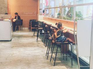 部屋で椅子に座っている人々 のグループの写真・画像素材[1172847]