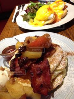 テーブルの上に食べ物のプレートの写真・画像素材[822408]