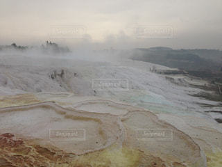 近く雪に覆われた山の写真・画像素材[933584]