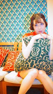 ベンチに座っている若い女の子の写真・画像素材[878855]