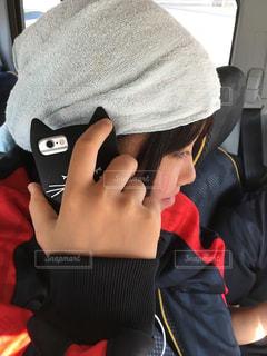 携帯電話で話している椅子に座っている男 - No.746976