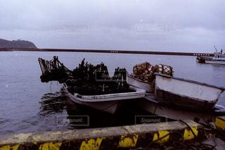 水の体の横にボートをドッキングします。 - No.815878