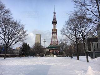 雪の中で時計塔の写真・画像素材[885176]